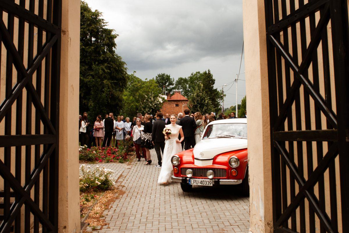 Panna Młoda przy aucie | Fotografia ślubna Puławy | Chill & Love | www.chillandlove.com